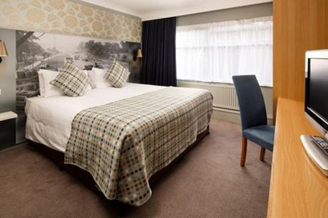 Hertfordshire: Classic Double Room for Two with Breakfast and Bottle of Wine at 4* Mercure London Watford Hotel