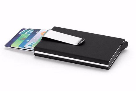 Aluminium Kartenhalter mit Geldklammer. Bewahre all deine Karten in einem handlichen Kartenhalter aus Aluminium auf. Mit praktischer Geldklammer. Platz für 15 Karten. Aus Aluminium und PU gefertigt. In vier Farben verfügbar