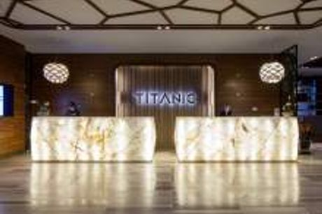 Luxus-Hotel in Berlin. Nutzen Sie jetzt die einmalige Chance, sich selbst von dem einzigartigen Ambiente der neuen ersten Adresse der Hauptstadt zu überzeugen: Dem luxuriösen 4-Sterne Hotel Titanic Chaussee. Schon in der weitläufigen Eingangshalle fällt d
