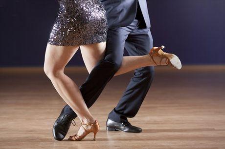 Vamos a um pezinho de dança? Venha divertir-se e experimentar o DançAlfragide, aulas de dança (ritmos africanos, danças de salão, entre outras) desde 26,90€ por mês.