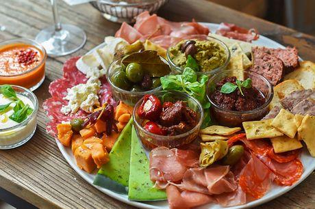 Stor autentisk tapasplatte . Spar flybilletten, og smag på Sydeuropas køkken i København