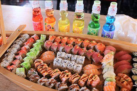 Sushi dragebåde - rabat på takeaway - Imponer dine gæster med en lækker sushi leveret i dekorativ dragebåd, vælg mellem 2 størrelser, inkl. forret, rejechips og japansk soda. Takeaway. Værdi op til kr. 2498,-