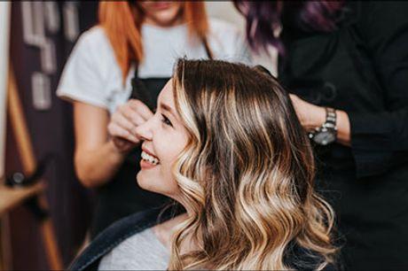 Lækker frisørdeal - Salon Amour kbh N - Skal der ske lidt nyt med håret - Du får 1 farve lyse striber inkl. vask og føn, værdi kr. 899,- Gælder alle hårlængder.
