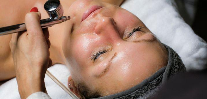 75 min. luksus-ansigtsbehandling. Få en smukkere hud og selvforkælelse