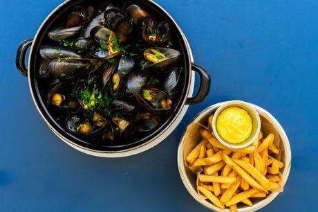 Spar 33% i aften: Populær, charmerende bistro i historiske lokaler serverer maritime delikatesser.