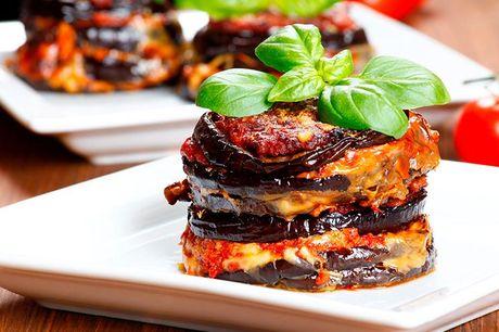 Signatur buffet catering Med dette tilbud får du en signatur buffet, der blandt andet består af hummersuppe, rosastegt oksefilet, unghane marineret med pesto, marokkansk couscoussalat og 3 slags gourmetgarniture.