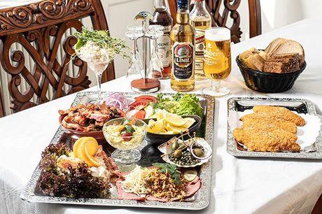 Bestseller: Overdådig frokostplatte Restauranten er et levende H.C. Andersen eventyr med fokus på 1800-tallets barokhygge og klassisk spise i den hyggelige og smagfuldt indrettede kælder hos Fyrtøjet. Det er ikke til at tage fejl af.