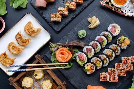 48 eller 60 stk. sushi i Smallegade . CC Taste disker op med lækkerier i lange sushi-baner