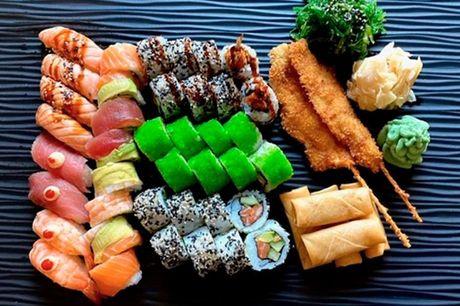 48 stykker sushi  4 stk. grillet laks nigiri • 2 stk. tun nigiri • 2 stk. reje nigiri • 8 stk. Laks med Chili mayo uramaki • 8 stk. Super california uramaki • 8 stk. Chrispy Ebi ebi tampura uramaki • 8 stk. Rainbow maki d'luxe maki • 5 stk. små forårsrull
