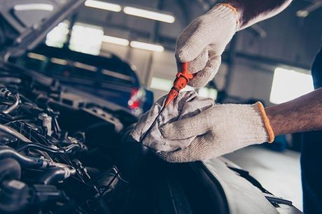 Serviceeftersyn med olieskift 60 punktskontrol af bilen inden for vitale kategorier • Skift af pollenfilter inkl. rens af luftkanaler for bakterier • Påfyldning af sprinkler- og kølervæske • Støvsugning af bilen i kabinen