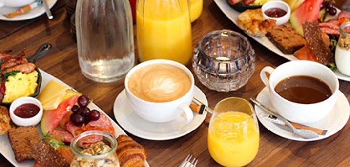 Søndagsbrunch med kaffe, te og juice på Kaløvig Badehotel på Kaløvig Havn.