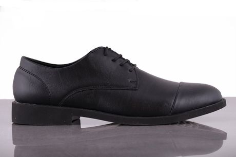 Bornholm. Skind sko Gå ikke ned på stil med disse sko, som er super behagelige og hvor du virkelig får noget for pengene. Brug dem til hverdag eller på arbejde, skoene kan bruges til det hele. Skoene er nordiske i størrelsen, Udvendigt materiale: Skind Fo