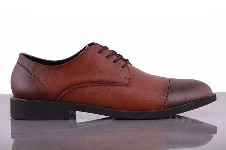 Bornholm. Skind sko Gå ikke ned på stil med disse sko, som er super behagelige og hvor du virkelig får noget for pengene. Brug dem til hverdag eller på arbejde, skoene kan bruges til det hele. Skoene er nordiske i størrelsen,Udvendigt materiale: Skind F