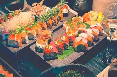 Luksusoplevelse hos Karma Sushi. Få en udsøgt sushi-oplevelse hos Karma Sushi. Med denne menu smager I på noget af det bedst Karma Sushi har at tilbyde. Start måltidet med at snacke lækre edamamebønner og tempurasalat. Herefter står den på en duet af laks
