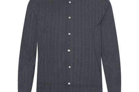 Cassio navy. skjorte i 100% bomuld, pasform der sikrer behagelig komfort og farver der passer til enhver lejlighed. Uden brystlomme for at holde den rene stil.Både enkel og stilfuld skjorte der vil passe godt til året konfirmand. Kombiner den farve der pa