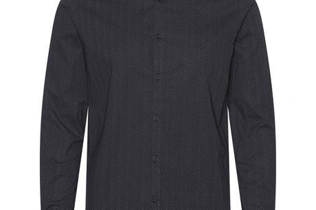 Cassio Sort. skjorte i 100% bomuld, pasform der sikrer behagelig komfort og farver der passer til enhver lejlighed. Uden brystlomme for at holde den rene stil.Både enkel og stilfuld skjorte der vil passe godt til året konfirmand. Kombiner den farve der pa