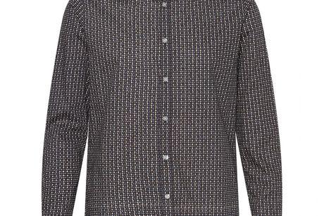 Minnesota sort. skjorte i 100% bomuld, pasform der sikrer behagelig komfort og farver der passer til enhver lejlighed. Uden brystlomme for at holde den rene stil.Både enkel og stilfuld skjorte der vil passe godt til året konfirmand. Kombiner den farve der
