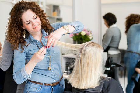 Klip & farve af dit hår. Besøg de tre frisørsøstre, der værner om dit hår