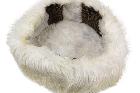 lammeskinds Hundekurv Nr 1417. 1 -2 Dages levering! Lækker hundekurv af Islandsk lammeskind, som din hund vil elske at ligge i. Til hver kurv bliver der brugt 3-4 lammeskind Dia: ca 45 cm Højde: ca 20 cm Alle vores skind er garvet efter EU-godkendte regl
