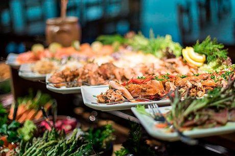 3 dages ophold med stor fiskebuffet - 2 overnatninger i standard dobbeltværelse med morgenbuffet - Aftenmenu på ankomstdagen med steak, french fries, salat og sauce - Lækker fiskebuffet til frokost på 2. dagen i Sæby