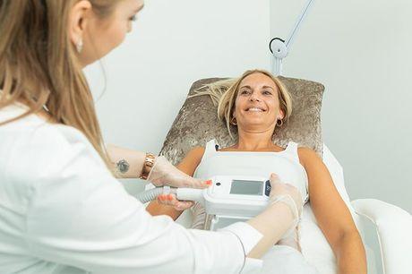 Fedtfrysning med 1-4 påsætninger Hos klinik Derma Solution hjælper de dygtige behandlere dig af med stædige fedtdepoter, så du slipper for de genstridige deller. Klinikken fryser dine fedtceller til -7 grader, hvilket betyder, at cellerne krakelerer og fo