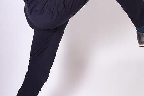 """Performance Midnight blue Copenhagen pants. ShapingPerformance bukser er lavet i 97% bomuld og med 3% lycra. De er vævet på en måde som gør bukserne super strækbare og bløde og behagelige at have på, samtidig med at man kan ånde i dem.Pasformen er en """"mod"""