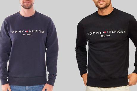 Sweater fra Tommy Hilfiger Amerikanske Tommy Hilfiger er kendt for deres klassiske styles og høje kvalitet, så du får en lækker trøje med rund hals i blød blanding af 80% bomuld, 17% polyamid og 3% elastan, der holder mange år frem. Vælg mellem 2 farver i