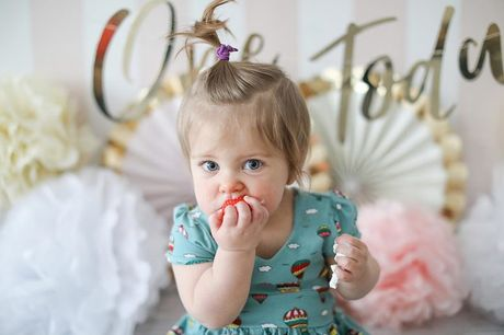 £7 for a baby cake smash photoshoot with four prints at Icon Photography Studios - choose from two locations!