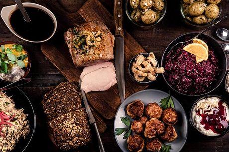 Hele landet: Catering julemenu Her får du både hønsesalat, sild, frikadeller og julesteg med julens klassiske tilbehør. Til dessert kan du desuden glæde dig til den lækre ris á la mande med kirsebærsauce og crumble. Så bliver du og dine gæster med garanti