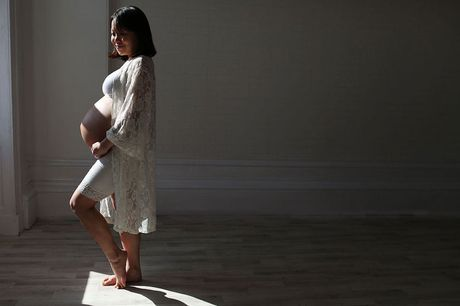 £7 for a bump to baby photoshoot including four prints from Icon Photography Studios - choose from two locations!