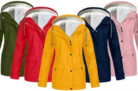 Stilfuld fleece regnfrakke i farverigt design