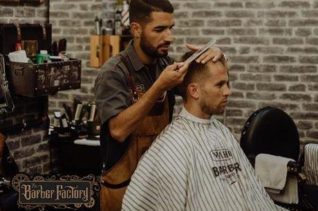 Mude de visual e arrisque num novo corte de cabelo ou barba. A barbearia The Hood é sem dúvida das mais cool da região de Lisboa e possui um ambiente sofisticado e ao mesmo tempo acolhedor. Aproveite agora corte de cabelo, barba ou ambos a partir de 8,90€