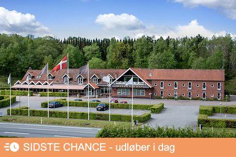 Ægte dansk krostemning på Hotel Nilles Kro. Tag på et skønt ophold på Nilles Kro i Sabro lidt uden for Aarhus. Her får du ægte krostemning, god mad og skøn natur. Opholdet er inkl. kaffe/-te med sødt, aftenmenu og morgenbuffet. Vælg mellem 1 eller 2 overn