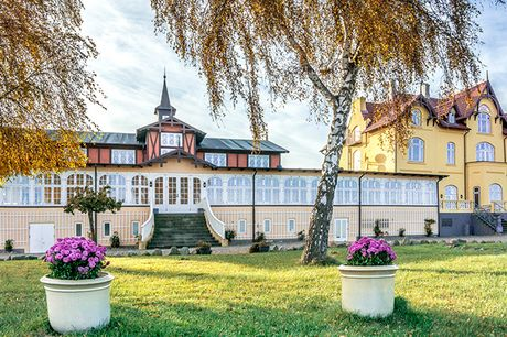 Nyd et ophold på charmerende Aarøsund Badehotel. Hotellet er kåret til Danmarks 2. bedste badehotel og er populært for sit gourmetkøkken, de nostalgiske rammer og den fantastiske beliggenhed ved sandstrand, havn og oplevelsesrige Årø.