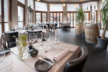 Tæt ved Himmelbjerget i en naturrig oase ligger Hotel Ry, der er kendt for sin gode mad, hjertevarme betjening og betagende natur. Tag lidt væk fra hverdagens larm og nyd et ophold med 10-retters gastronomimiddag, vinmenu og morgenmad.