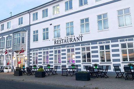 Tag på et skønt ophold for 2 på Løgstør Badehotel – Hotel Du Nord med udsigt over Limfjorden. Her bliver I forkælet med god mad og stemning i hyggelige omgivelser. Vælg mellem 1-2 overnatninger med 3-retters middag, eftermiddagskaffe & morgenbuffet.