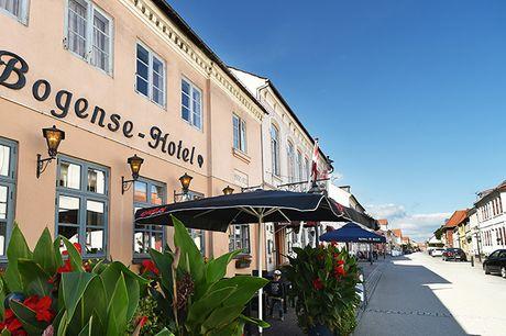 Fynsk idyl på Bogense Hotel. Bogense Hotel er et klassisk byhotel med sjæl og charme. På dette ophold bliver I bl.a. forkælet med kaffe og kage, velkomstdrink, 4-retters middag med vinmenu og en dejlig morgenbuffet.
