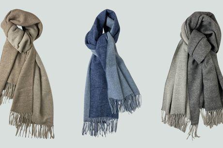Hold varmen hele vinteren med et lækkert halstørklæde i den blødeste merinould. Tørklædet er tofarvet og kan bestilles i diskrete og moderigtige farver.
