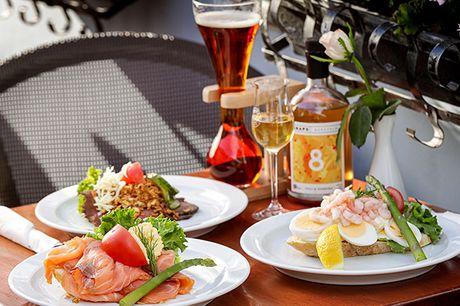 Nyd en frokost på en af Nyhavns ældste og hyggeligste restaurationer, Hyttefadet, hvor I bliver forkælet med 3 stykker valgfri smørrebrød. På Hyttefadet er der fokus på god stemning, venlig service og naturligvis veltillavet mad.