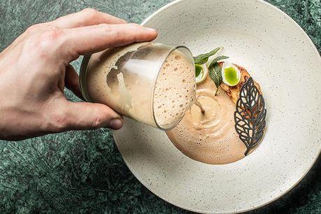 6-retters menu på topanmeldt sted Restaurant Grønnegade byder på en hyggelig og personlig restaurantoplevelse, hvor højt niveau kombineres med en afslappet og imødekommende atmosfære og kokkene udfolder sig i både dansk og moderne køkkenkunst.