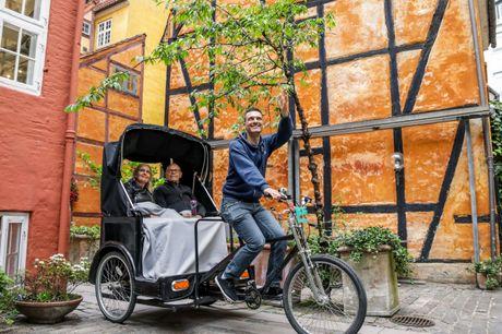 Oplev Nyhavn, Gråbrødre Torv, Skuespilhuset og meget mere med 1½ times guidet rundtur med cykeltaxa. Guiden kender alle de seværdigheder og historier, som er gemt i baggårde og rundt omkring i København. Kan også købes med 1 flaske god Cava.