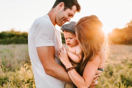 Celebre o amor nesta sessão em família para 1 bebé e pais onde poderá eternizar os momentos a 3 para mais tarde recordar. Em estúdio ou ao ar livre, aproveite agora a partir de 24,90€