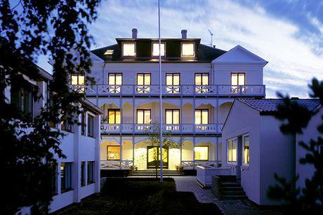 Ophold på Gilleleje Badehotel. Få sød forkælelse på et af Danmarks mest idylliske badehoteller, der ligger i det naturskønne område omkring Gilbjerghoved. På hotellet er der knitren i pejsen, dejlig mad og smukt indrettede værelser.