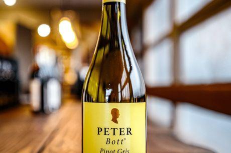 Peter Bott Pinot Gris. En vaskeægtepublikumsfavorit og vores kunder giver den topkarakterer! Denne hvidvins-basker fra Peter Bott, som til daglig holder til i Rheinhessen i Tyskland, er en dejlig, relativt kraftig hvidvin med den skønneste smag af nekta