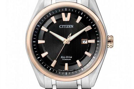 """Citizen Super Titanium Eco-Drive AW1244-56E Citizen er primært kendt for deres ure, men producerer også elektronik som eksempelvis lommeregnere. Citizen er derfor indbegrebet af teknologi og kvalitet. De producerede bl.a. verdens første """"multi-band atomi"""