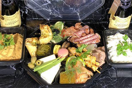 Take-away: Gå ombord i en eksklusiv tapasboks. Glæd jer bl.a. til laksemousse, serranoskinke, fransk paté og mange andre smagfulde delikatesser. Afhentes i Charlottenlund.
