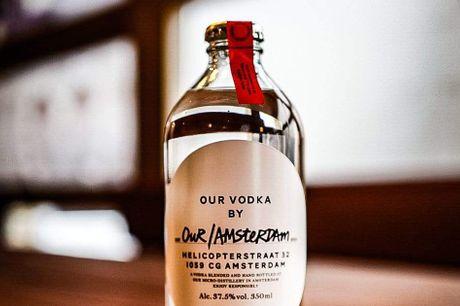 Our Vodka By Our Amsterdam. En fræk lille small batch vodka! Our / Vodka er en global familie af vodka fremstillet i mikrodestillerier i bycentre rundt om i verden.Her er nøglenlokal magt, og destillerierne bliver bygget i nogle af de mest ambitiøse