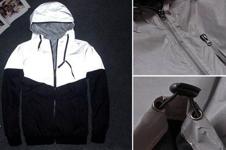 Refleksjakke til mænd og kvinder Fremstillet i et tyndt materiale, så du nemt kan tage den ud over dit tøj. Fås i fuld grå refleks eller idesign med halv grå refleks og halvt sort stof. Vælg mellem størrelserne S-4XL.