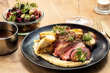 Populære Restaurant Den Glade Tallerken har sammensat en pragtfuld 3-retters middag, som I kan nyde i hjemmelige omgivelser. Glæd jer både til laks, langtidsstegt oksecuvette og panna cotta - og måske en flaske rødvin?