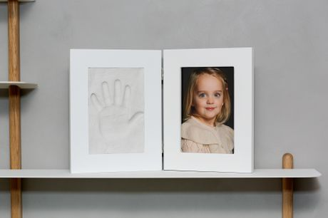 Med dette gipsafstøbningssæt kan I glæde bedsteforældrene, eller jer selv, med et kærligt minde af jeres barns hånd eller fod - inkl. fragt